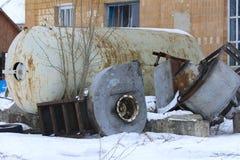 收集的牛奶一辆大老被折除的和生锈的坦克 库存图片