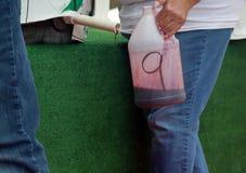 收集葡萄汁的水罐从重踏 库存图片