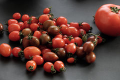 收集蕃茄,抗癌便宜的食物 库存图片