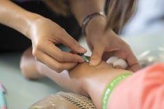 收集血液的护士从患者 库存图片