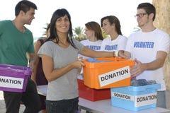 收集衣物捐赠的志愿者 免版税库存图片