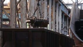 收集运输的装货和卸载废金属 股票视频