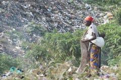 收集recyclables的非洲母亲从tr 免版税库存照片