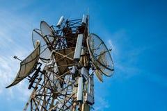收音机、电视和电话的电信天线有蓝天的 免版税库存照片