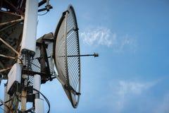 收音机、电视和电话的电信天线有蓝天的 免版税库存图片