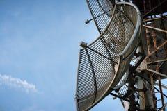收音机、电视和电话的电信天线有蓝天的 库存图片