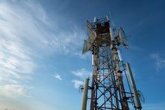 收音机、电视和电话的电信天线有蓝天的 免版税图库摄影
