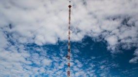 收音机和电视塔igoluboe天空 库存图片