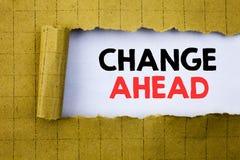 改变前面红色词 在黄色的白皮书写的未来变动的企业概念折叠了纸 库存照片