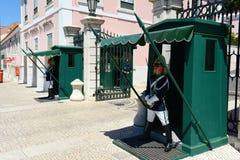 改变卫兵在里斯本,葡萄牙 库存图片