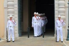 改变在摩纳哥宫殿附近的礼仪卫兵 库存照片