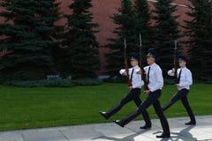 改变在无名英雄墓的卫兵和亚历山大庭院在莫斯科 图库摄影