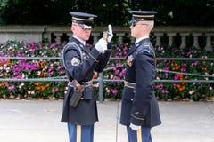 改变在未知数的坟茔的卫兵在阿灵顿铈的 图库摄影