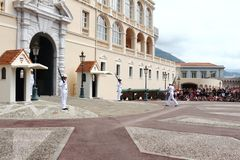 改变在王子摩纳哥市附近` s宫殿的卫兵  免版税库存图片