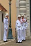 改变在王子摩纳哥的` s宫殿的附近礼仪卫兵 免版税库存照片