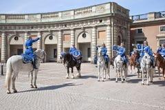 改变在王宫附近的卫兵。瑞典。斯德哥尔摩 免版税库存图片