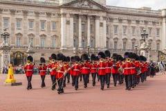 改变在白金汉宫的卫兵表现 免版税库存照片