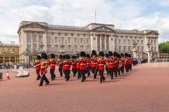改变在白金汉宫的卫兵表现 免版税库存图片