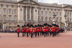 改变在白金汉宫的卫兵表现 库存图片