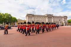 改变在白金汉宫的卫兵表现 图库摄影