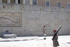 改变在议会大厦前面的Evzon卫兵在雅典 免版税图库摄影