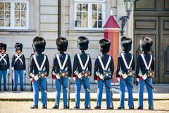 改变在阿马林堡宫城堡的卫兵在哥本哈根在丹麦 免版税库存图片