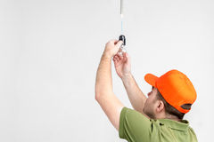 改变电灯泡的工作者人 免版税库存图片