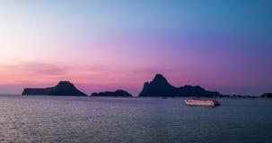 改变的淡色在海和mountainin早晨 股票录像