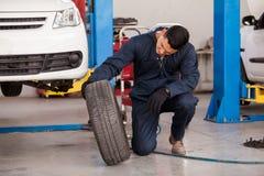 改变的轮胎在一家汽车修理店 图库摄影