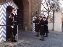 改变仪仗队在总统府守卫 库存照片