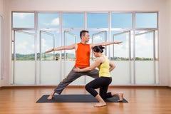 改正学生执行的战士2或Virab的瑜伽辅导员 库存照片