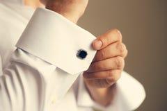 改正他的衬衣的袖子人 图库摄影