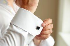 改正他的衬衣的袖子人 免版税图库摄影
