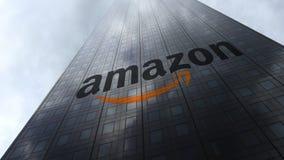 改良 在摩天大楼门面反射的云彩的com商标 社论3D翻译 库存图片