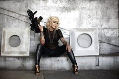 攻击枪时髦的妇女 免版税库存照片