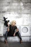 攻击枪时髦的妇女 库存照片