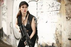 攻击步枪妇女年轻人 库存图片