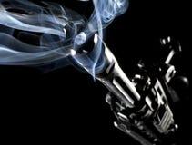 攻击步枪抽烟 库存图片
