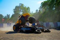 攻击的汽车巨型卡车 库存照片