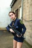 攻击警察步枪妇女 免版税库存图片