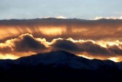 放光在日落的金黄山 图库摄影