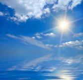 放光太阳的蓝天 库存照片