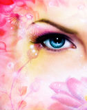 放光迷惑的蓝色妇女眼睛从一朵开花的玫瑰色莲花的后面,与在桃红色抽象背景的鸟 免版税库存照片