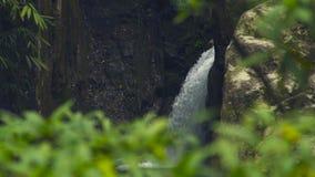 放出从流动在大石头的山瀑布的水在河 流程瀑布小瀑布的山河 股票视频