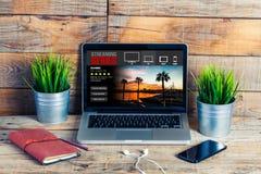 放出在便携式计算机的系列app 观看的系列在工作 免版税库存照片