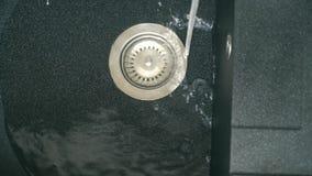 放出在水槽的水 从一个水槽的自来水在厨房里 影视素材