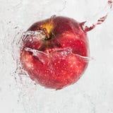 放出水的苹果 免版税库存照片