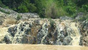 放出流动在大石头的瀑布在山河 使水从山河的射流环境美化瀑布的 股票录像