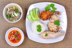 放出的油腻的米和放出的鸡和crisy鸡 免版税库存图片