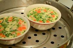 放出蛋泰国样式用红萝卜和春天葱 免版税图库摄影